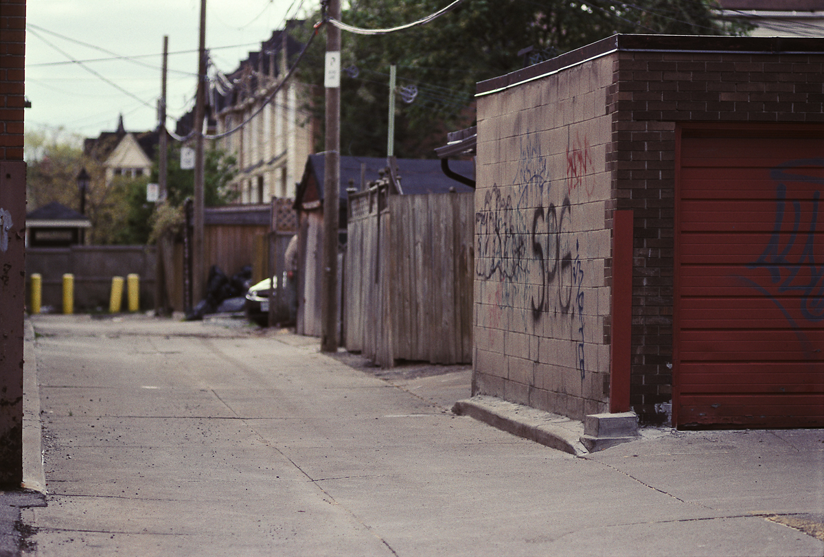 Figure 1. Laneway adjacent Tecumseth Street and King Street West, nearby where Marcello Palma murdered his first victim just around 11pm on 20 May 1996. [Idlewild; photo from 19 May 2008]