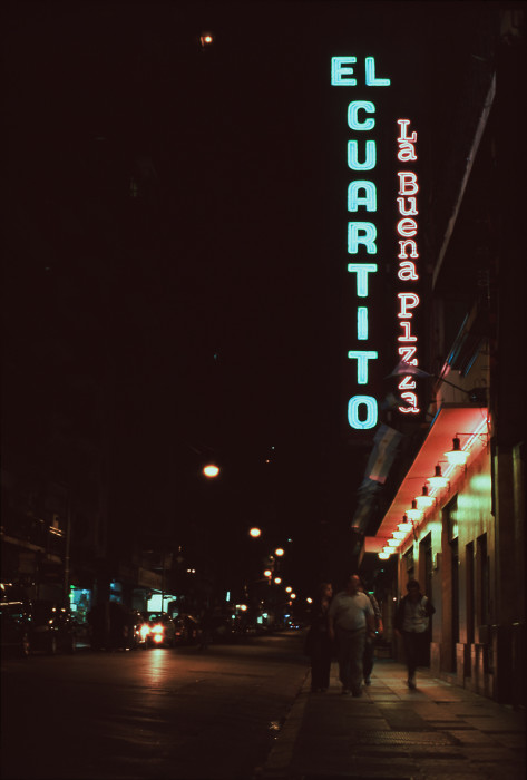 El Cuartito la buena pizza. Venerable neon wayfinding in Buenos Aires. Like the Honest Ed's of pizzerias, kind of. Wednesday, 29 August 2012 [Idlewild]